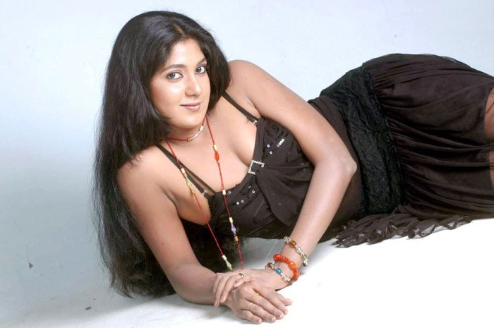 Kannada Actress Yagna Shetty Hot Pics