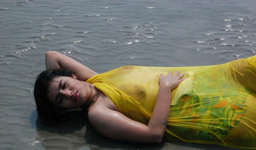 Desi Hot Model Kajal Fully Nude Bath In River