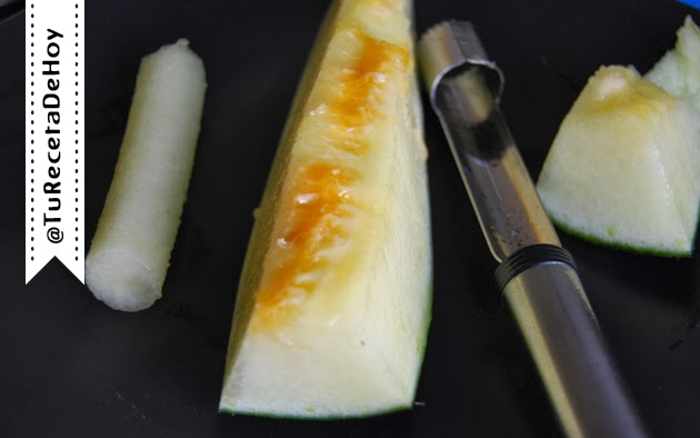 Con un descorazonador de manzanas obtenemos cilindros perfectos de melón