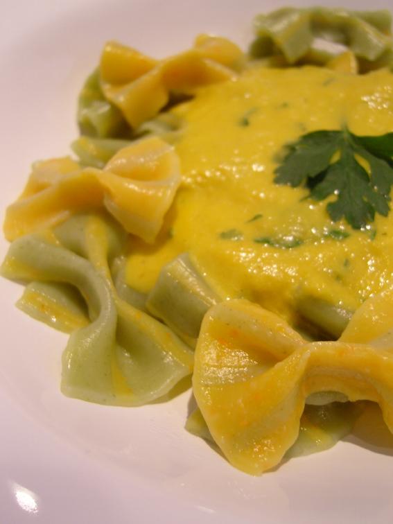 Bunte Pasta aus selbstgemachtem Gemüsepulver mit Möhren-Sahne-Sauce