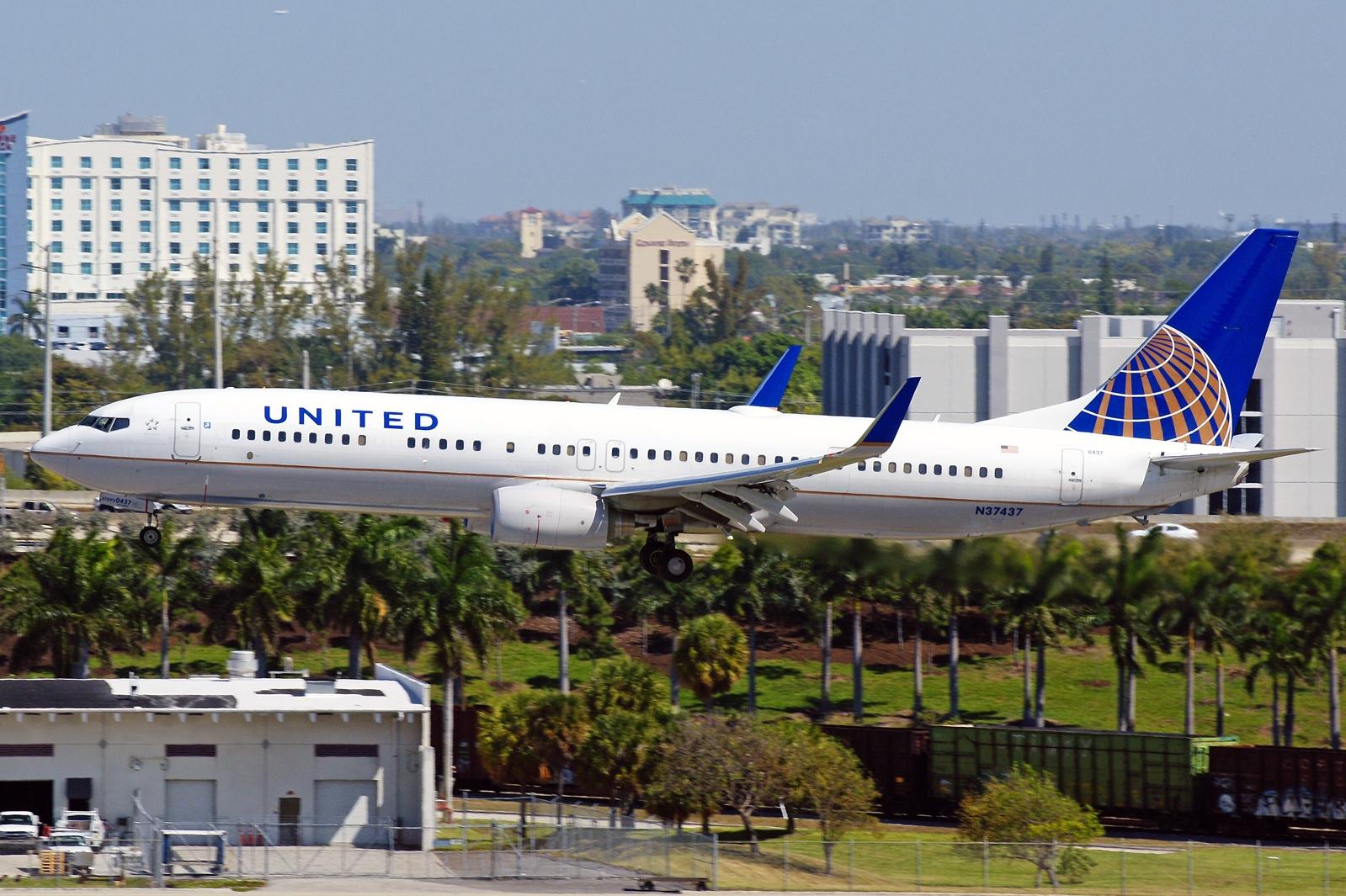 http://1.bp.blogspot.com/-stzjiqytj4M/UVEmb1kxfBI/AAAAAAAAPqQ/cCTa2FEMIAs/s1600/boeing_737-900_united_airlines.jpg