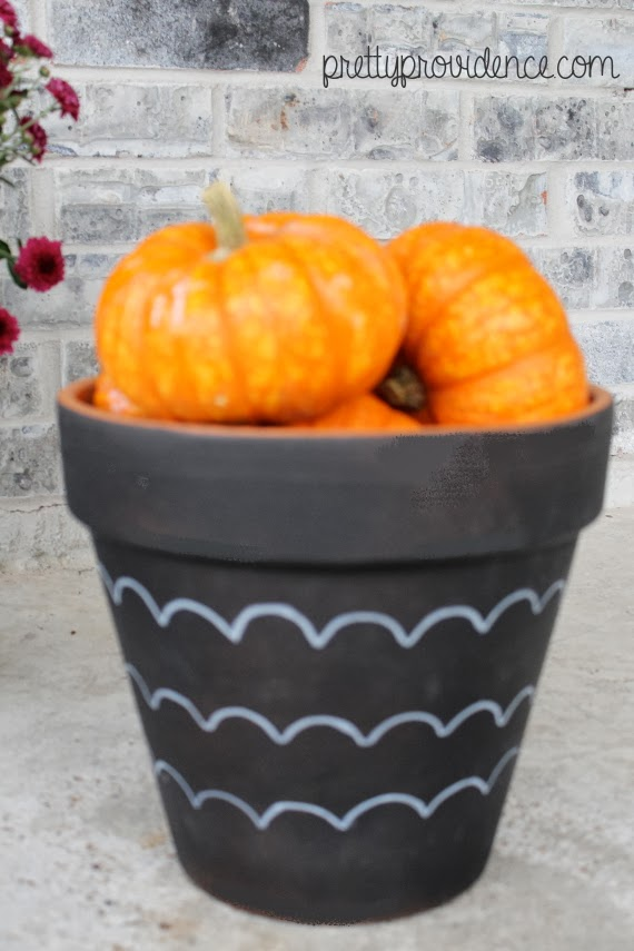 DIY modern painted flower pots for your porch or patio with scallop frogtape! #spon