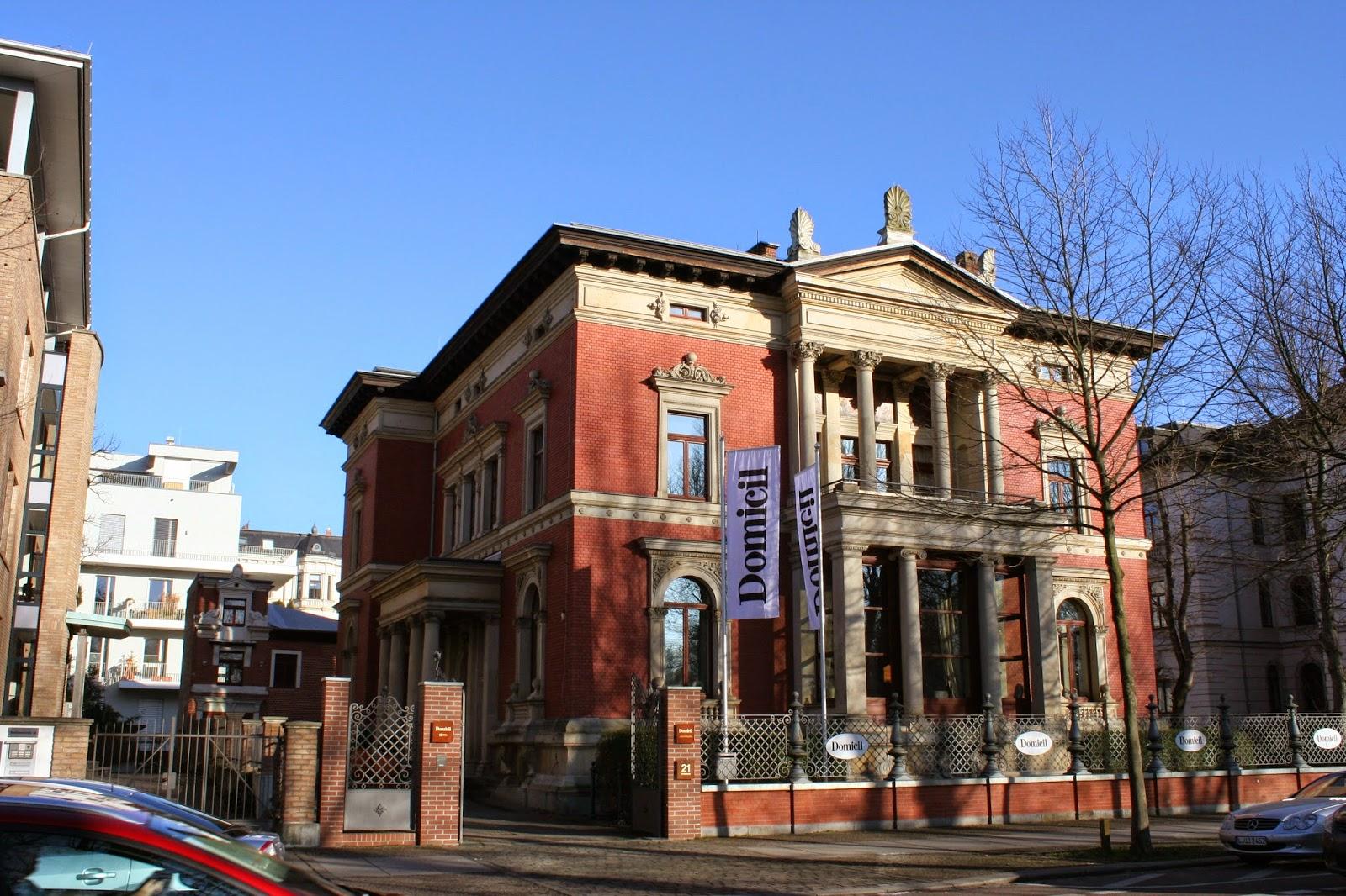 """Die an der Karl-Tauchnitz-Straße gelegene """"Villa Georg Giesecke"""" wurde 1890 erbaut - seit September 2011 ist im Gebäude der Einrichtungsmarkt """"Domicil"""" ansässig"""