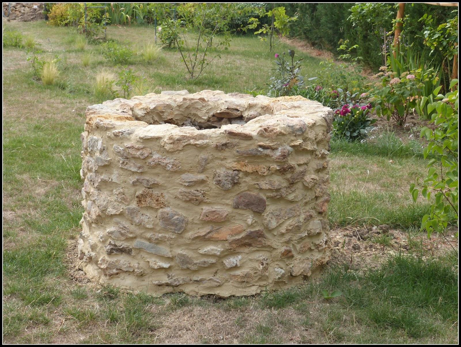 Un jardin des fleurs la question - Puit en pierre ...
