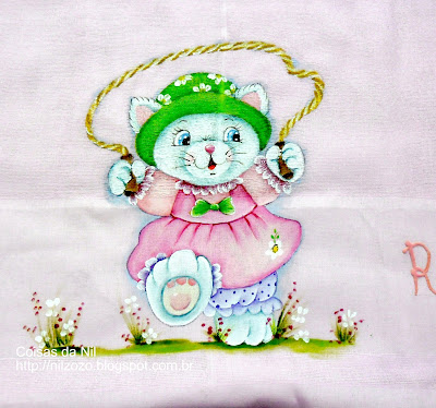 fralda rosa com pintura de gatinha