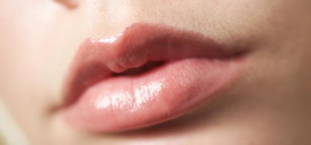 4 Cara Mengatasi Bibir Kering Dan Pecah-pecah [ www.BlogApaAja.com ]
