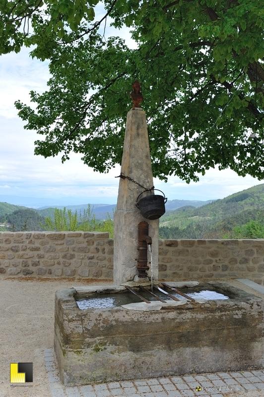 le coq surveille la fontaine de saint michel de chabrillanoux photo pascal blachier