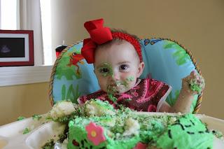 Gratis gambar bayi lucu belepotan kue ulang tahun
