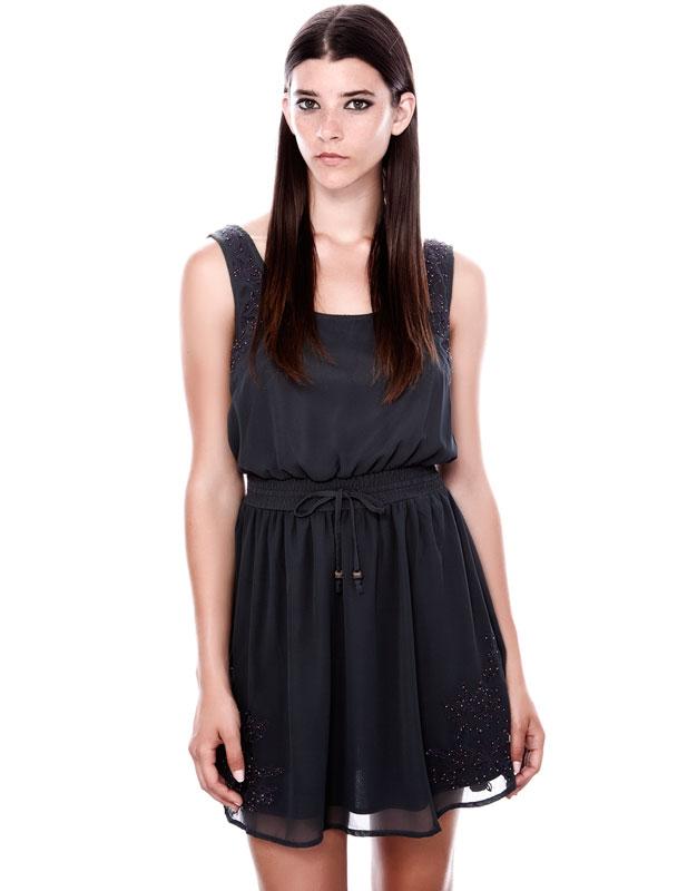 omuzları parlak taşlı siyah, dantelli kısa elbise