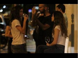 Foi num encontro com amigos que a atriz foi flagrada fumando por uma agência de fotografia.