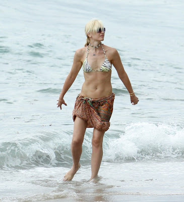 Gwen Stefani sexy wet bikini candids at the beach in Miami - pic 1