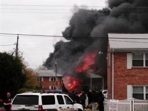 Avión militar se estrella en edificio de viviendas en Virginia