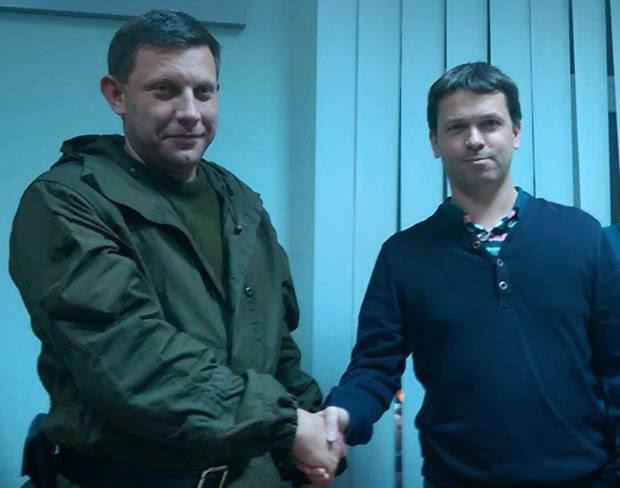 лидер ДНР пожимает руку бельгийскому наблюдателю