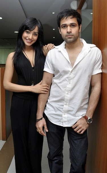 http://1.bp.blogspot.com/-syM2AD0T_uE/Tba-M-iAgLI/AAAAAAAABUI/vqdiPXtbO0A/s1600/hot_neha_sharma_in_full_balck_dress_with_imran.jpg
