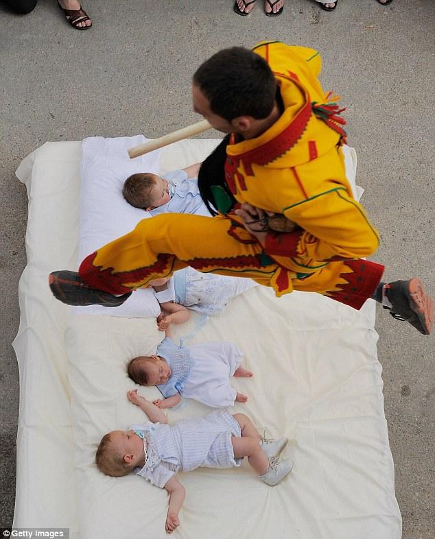Lelaki-lelaki melompat di atas kumpulan bayi