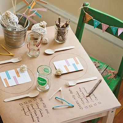 mantel de papel kraft con menú escrito en rotuladores