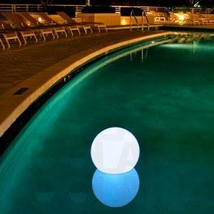 Luces flotantes para piscinas piscinas y albercas fotos for Que poner debajo de una piscina desmontable