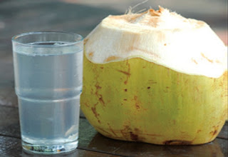Air kelapa untuk rambut rontok