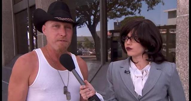 Miley Cyrus se disfrazó de periodista para saber que opinan de ella.