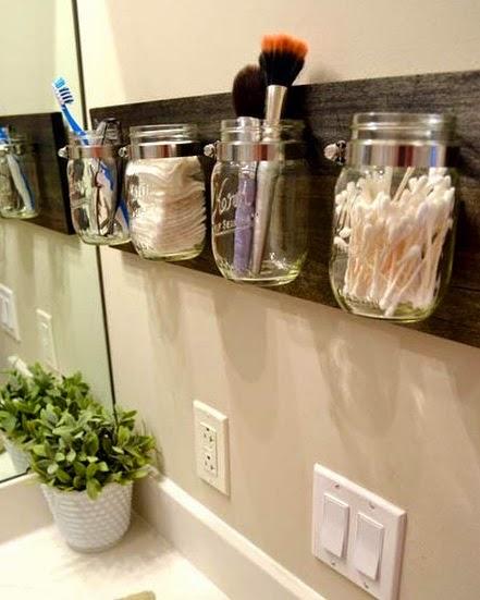Coloca los frascos de vidrio en el baño