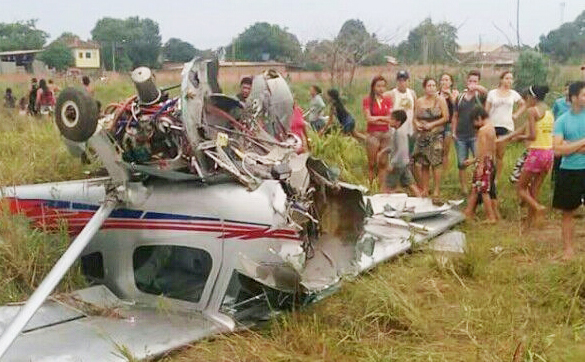 Avião apresenta problemas e cai em terreno baldio em Porto Velho - VÍDEO