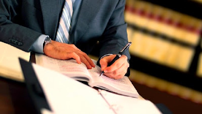 Firmando contrato de alquiler