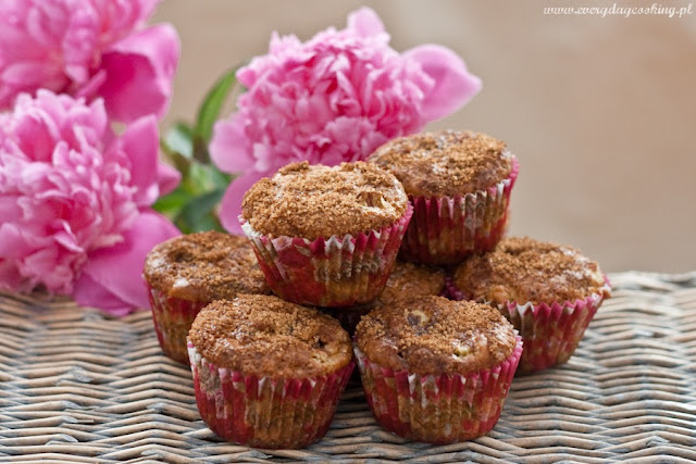 Muffinki z rabarbarem i orzechami