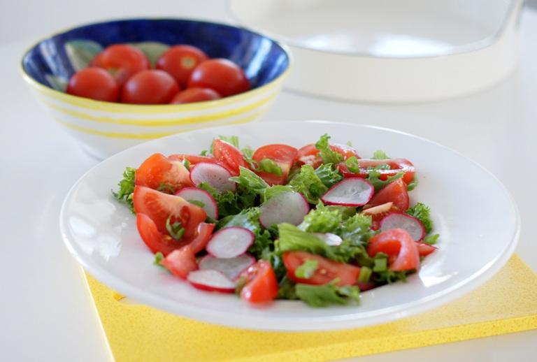 Punavihreäsalaatti ja grillattua broileria