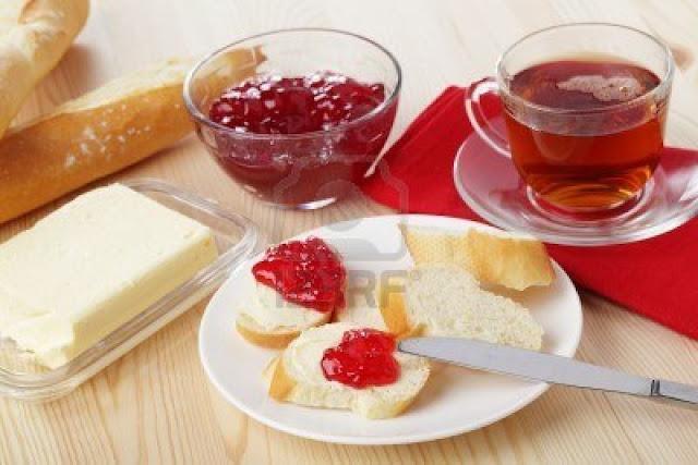6268201-petit-dejeuner-avec-pain-baguette-beurre-confiture-et-the