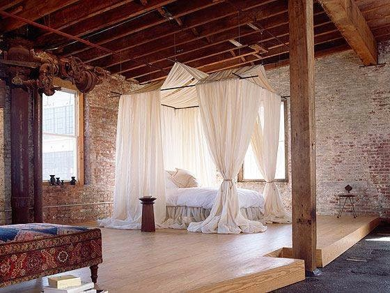 Ściany z cegły loft orientalne dodatki, zwiewne zasłony