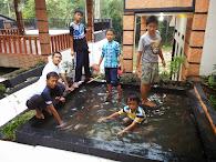 program unggulan budidaya ikan sekaligus bersantai bermain tangkap ikan koy santri SMP IT IM