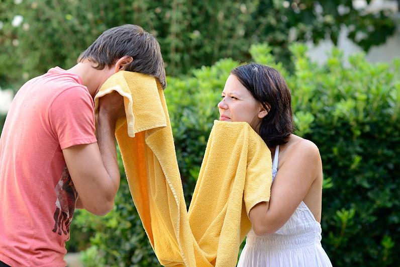 pora šluostosi veidus geltonu rankšluoščiu