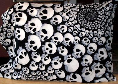 Sort pudebetræk med kranium-mønster