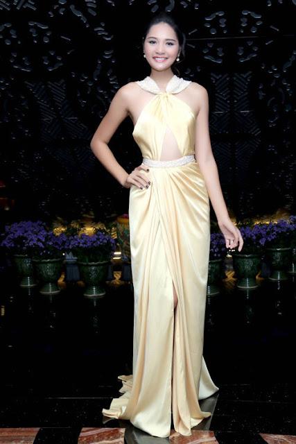 Hoa hậu Hương Giang chăm chút hình ảnh khi đi sự kiện. Bộ váy nhà thiết kế Lê Thanh Hòa thực hiện cho cô theo dạng yếm.