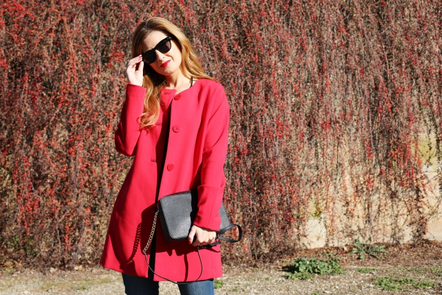 Look con abrigo rojo