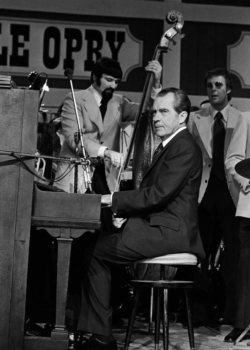 Richard-Nixon-Piano.jpg
