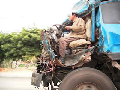Improbable: un camion accidenté roule dans un état lamentable