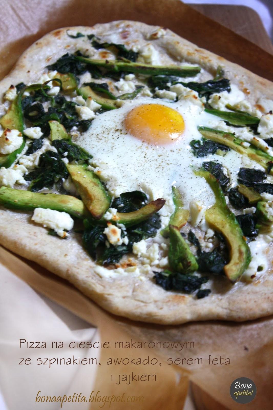 Pizza na cieście makaronowym ze szpinakiem, awokado, serem feta i jajkiem!