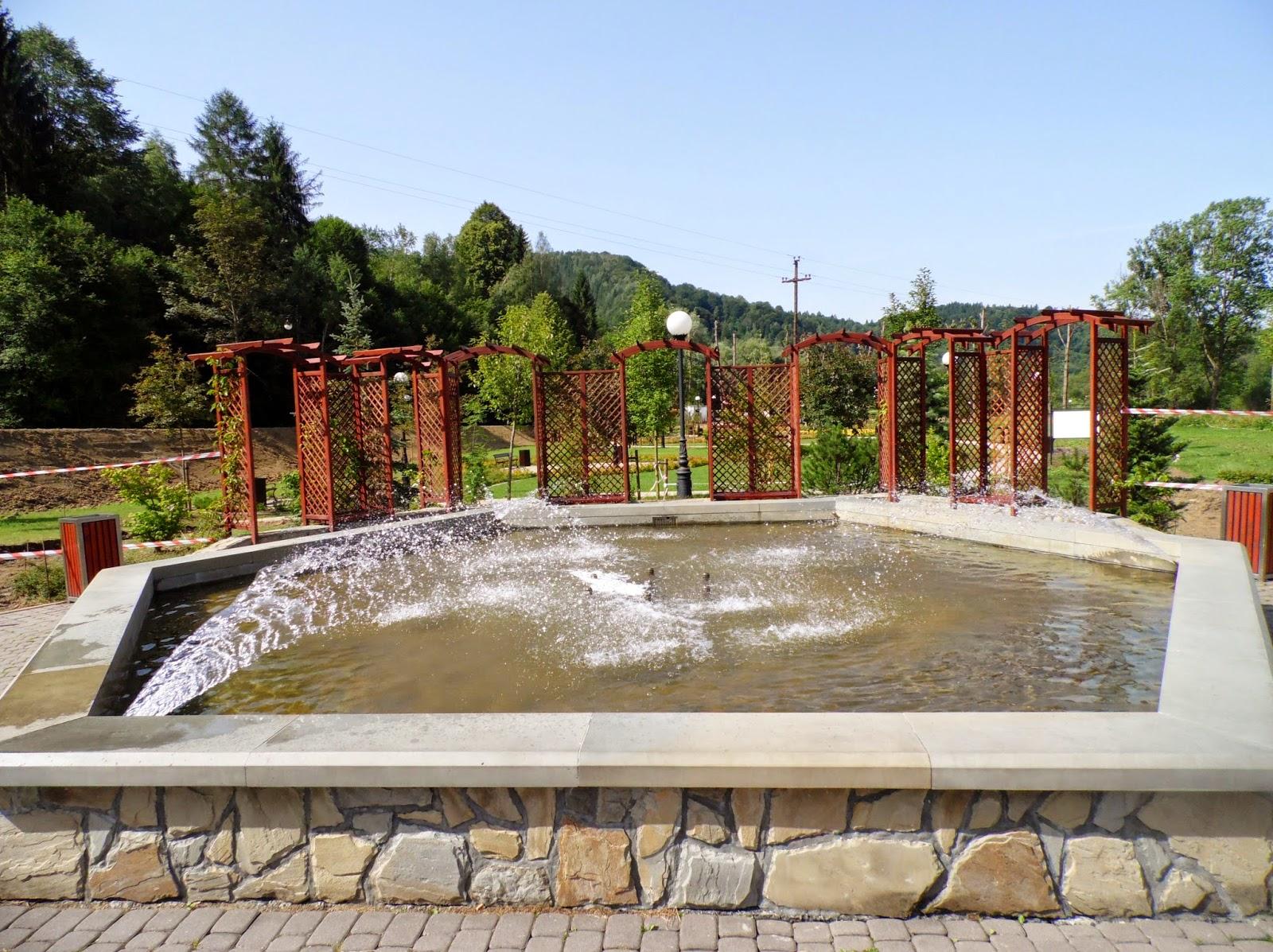 """Fotnanna przy pijalni wody """"Antoni"""" na Zapopradziu w Muszynie, w pobliżu Ogrodów Zmysłów"""