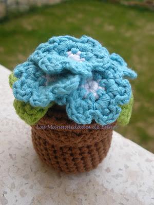 Macetero con flores azules hecho a crochet para el reto primavera