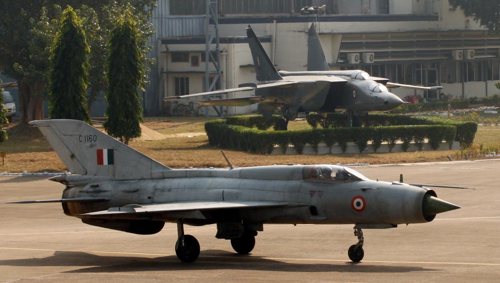 http://1.bp.blogspot.com/-t3_K9ss-tUc/UqLZglClYXI/AAAAAAAAVcg/7j-edVowd_o/s1600/Mig-21+FL+taxying+past+a+phased+out+Mig-25+trainer+aircraft+at+Kalikunda+airbase+in+West+Bengal.+The+Mig-21+FL+will+also+be+phased+out+of+IAF+on+Dec+11,+2013+after+completing+50+years+of+service..jpg