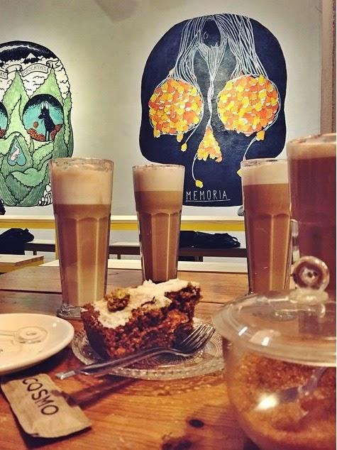 exposición calaveras gigantes arte artistas galería cafetería dulce pastel carrot cake desayuno merienda café barcelona mágica bcn