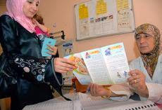 Médica da UNRWA atende refugiado palestno no Líbano