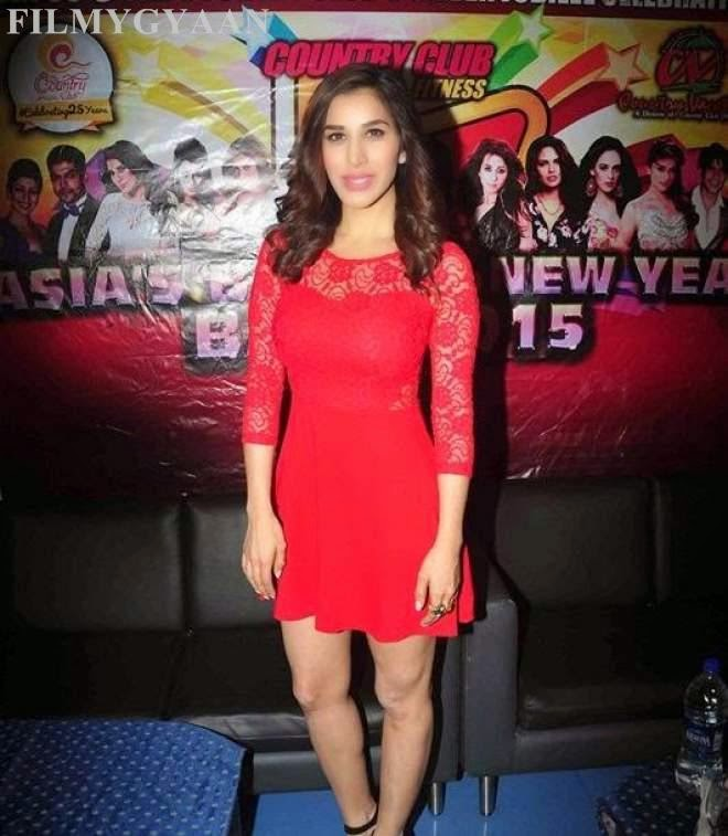 sophie choudry hot thigh show photos