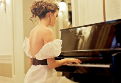 Martha toca piano
