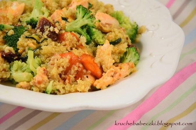 Komosa ryżowa (quinoa) z łososiem i warzywami