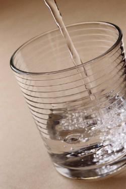 verre d'eau avec de l'eau qui coule