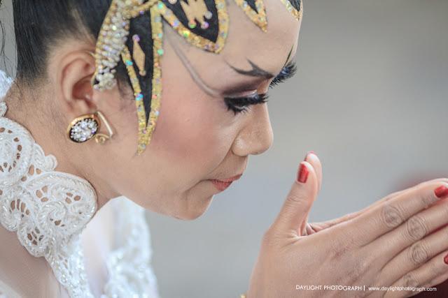 foto sungkeman pengantin perempuan pada misa perkawinan di gereja banteng yogyakarta