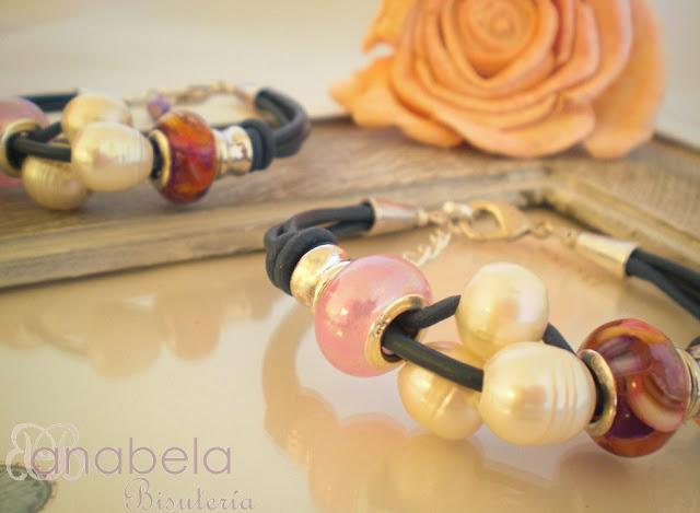 pulsera de cuero y perlas