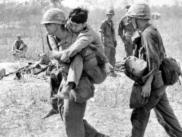 http://1.bp.blogspot.com/-t5J3iXSoXpM/UDHbpzDW1KI/AAAAAAAAAvQ/tr_6zosrhxE/s1600/Pfc.+John+Stananback+of+East+Paterson,+N.J.,+carries+a+Viet+Cong+soldier+on+his+back+to+a+first+aid+station+near+Bau+Bang.jpg